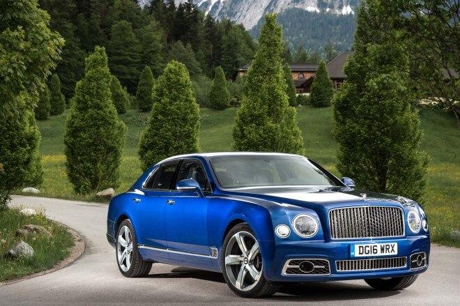 2017 Bentley Mulsanne Speed front three quarter 02