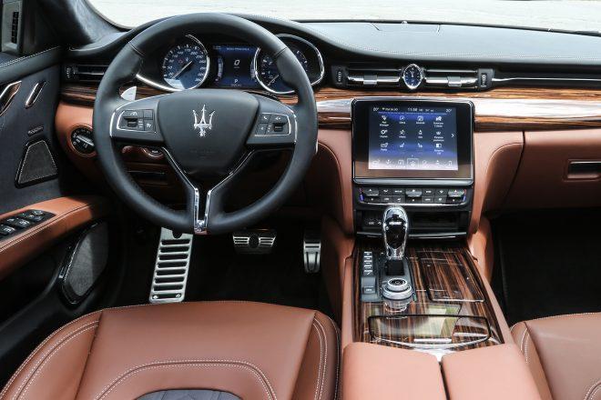 2017 Maserati Quattroporte GTS GranLusso steering and dashboard