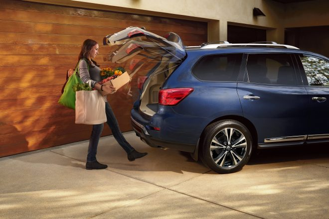 2017 Nissan Pathfinder hands free liftgate