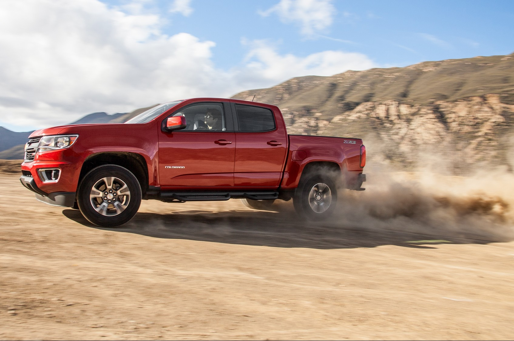 2015 chevrolet colorado z71 front three quarter in motion 02