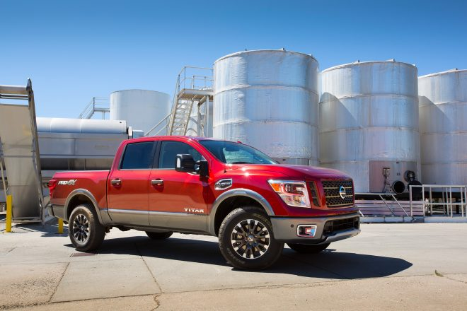 2017 Nissan Titan front three quarter 05