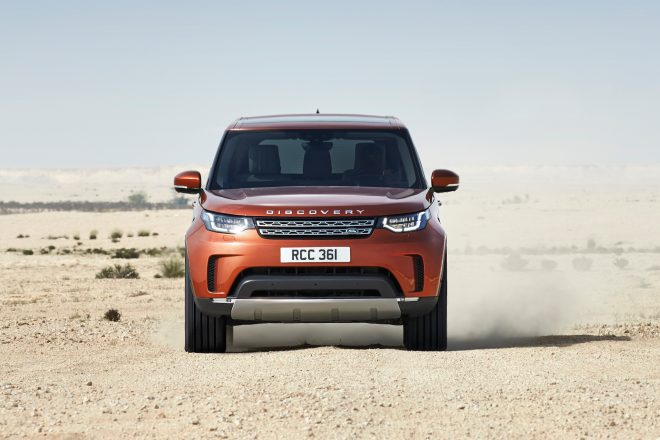 2017 Land Rover Discovery front view in motion 01