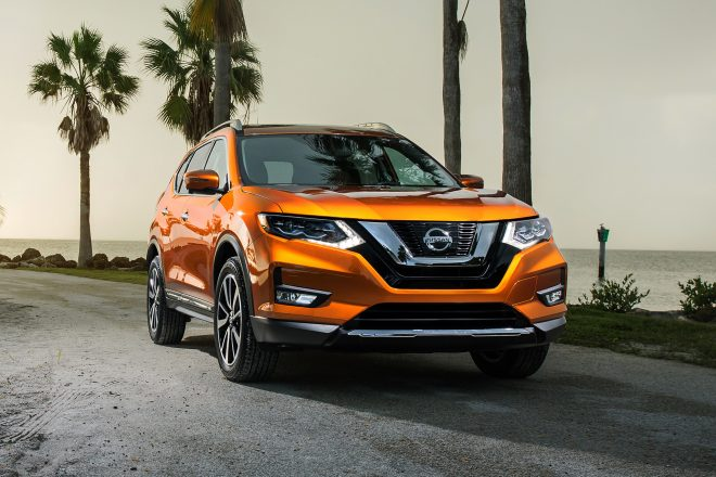 2017 Nissan Rogue SL AWD front three quarter 02