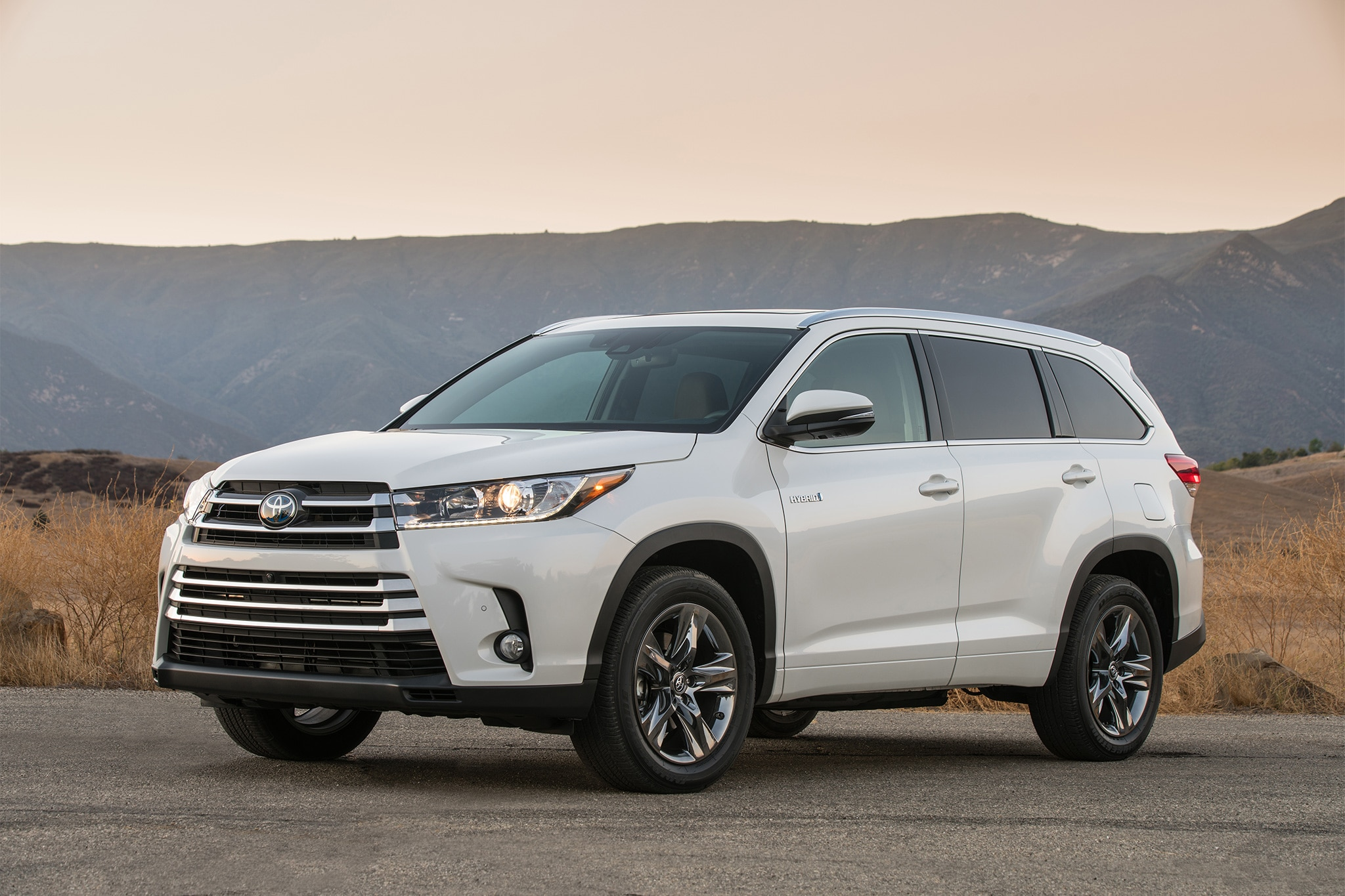 تواجدها! 2017-Toyota-Highlander-Hybrid-Limited-front-three-quarter-06.jpg