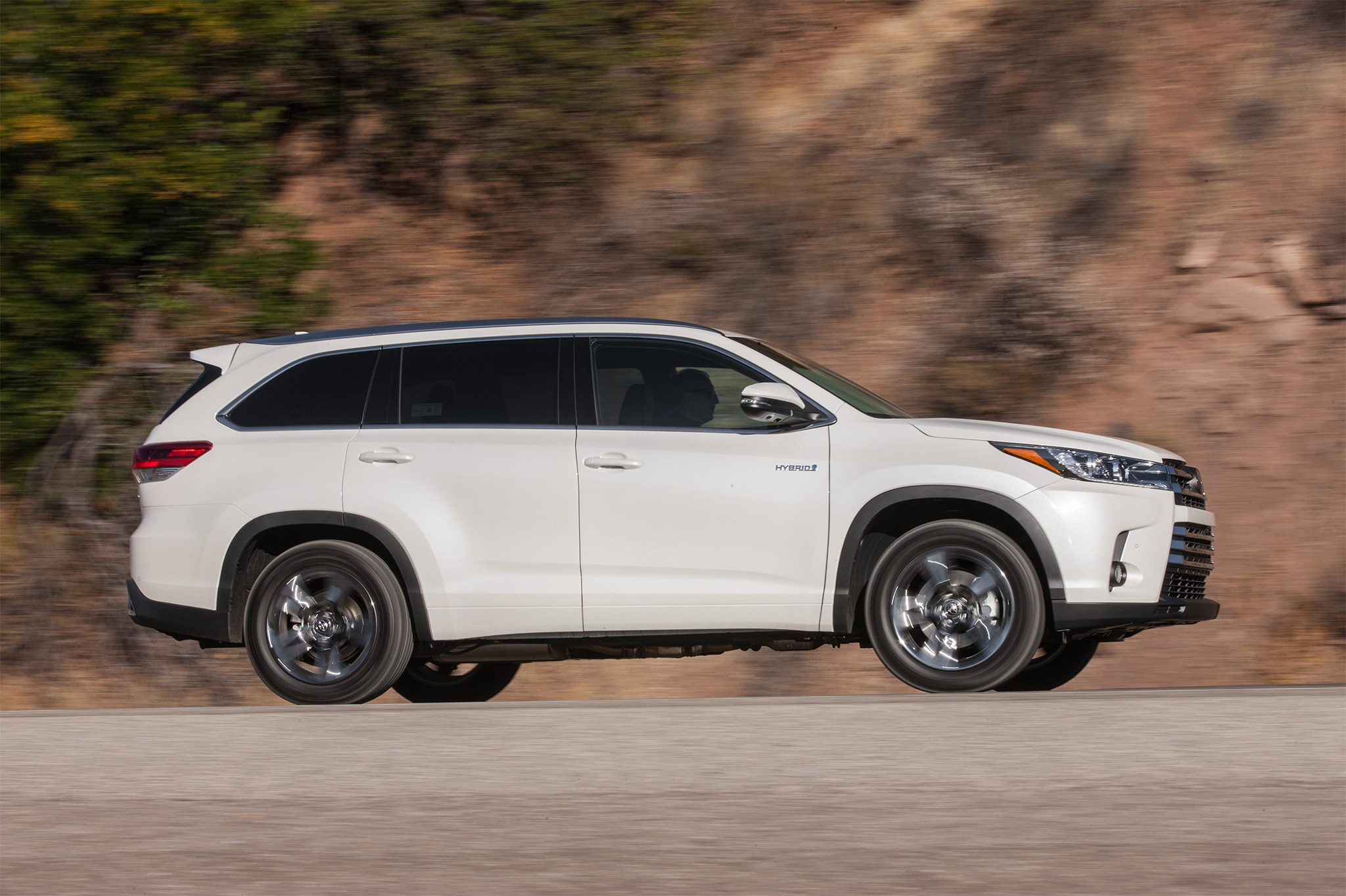 تواجدها! 2017-Toyota-Highlander-Hybrid-Limited-side-profile-in-motion.jpg