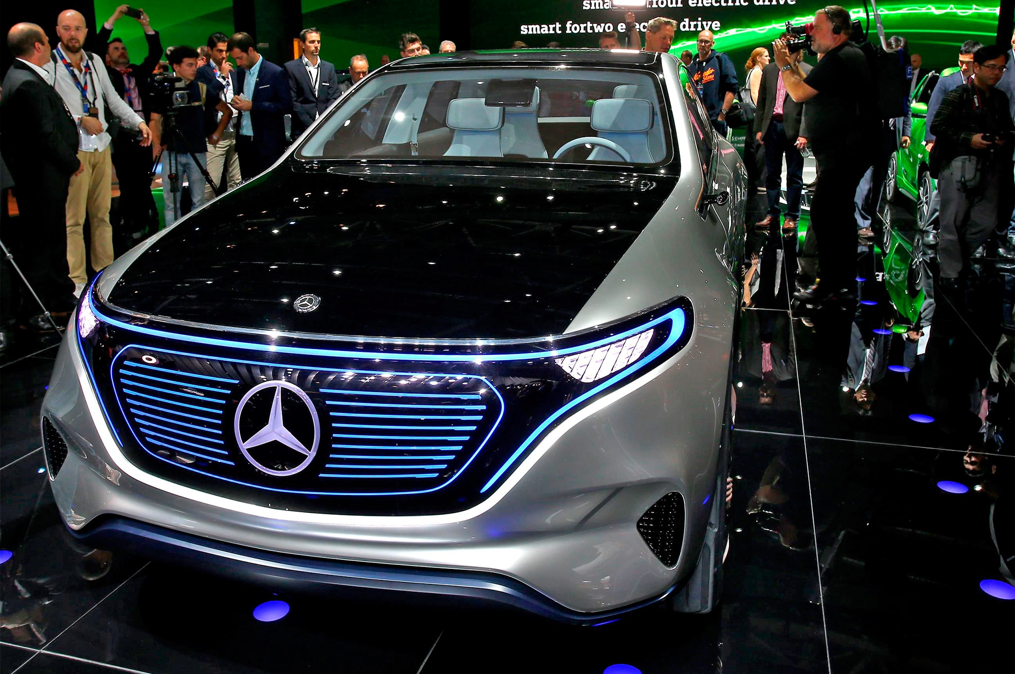 Mercedes benz reveals electric generation eq concept suv for Autos mercedes benz