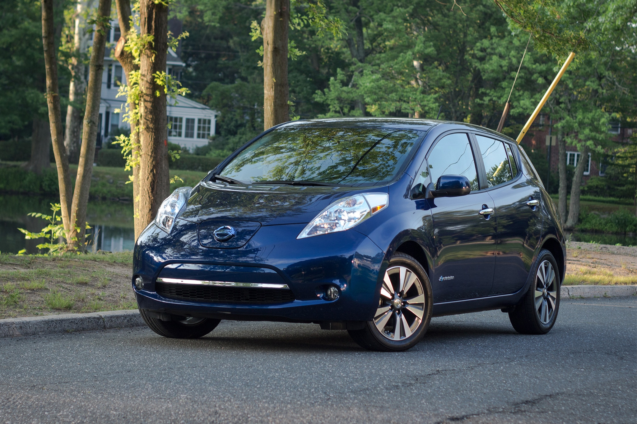 2016 Nissan Leaf SL Front Three Quarter 01