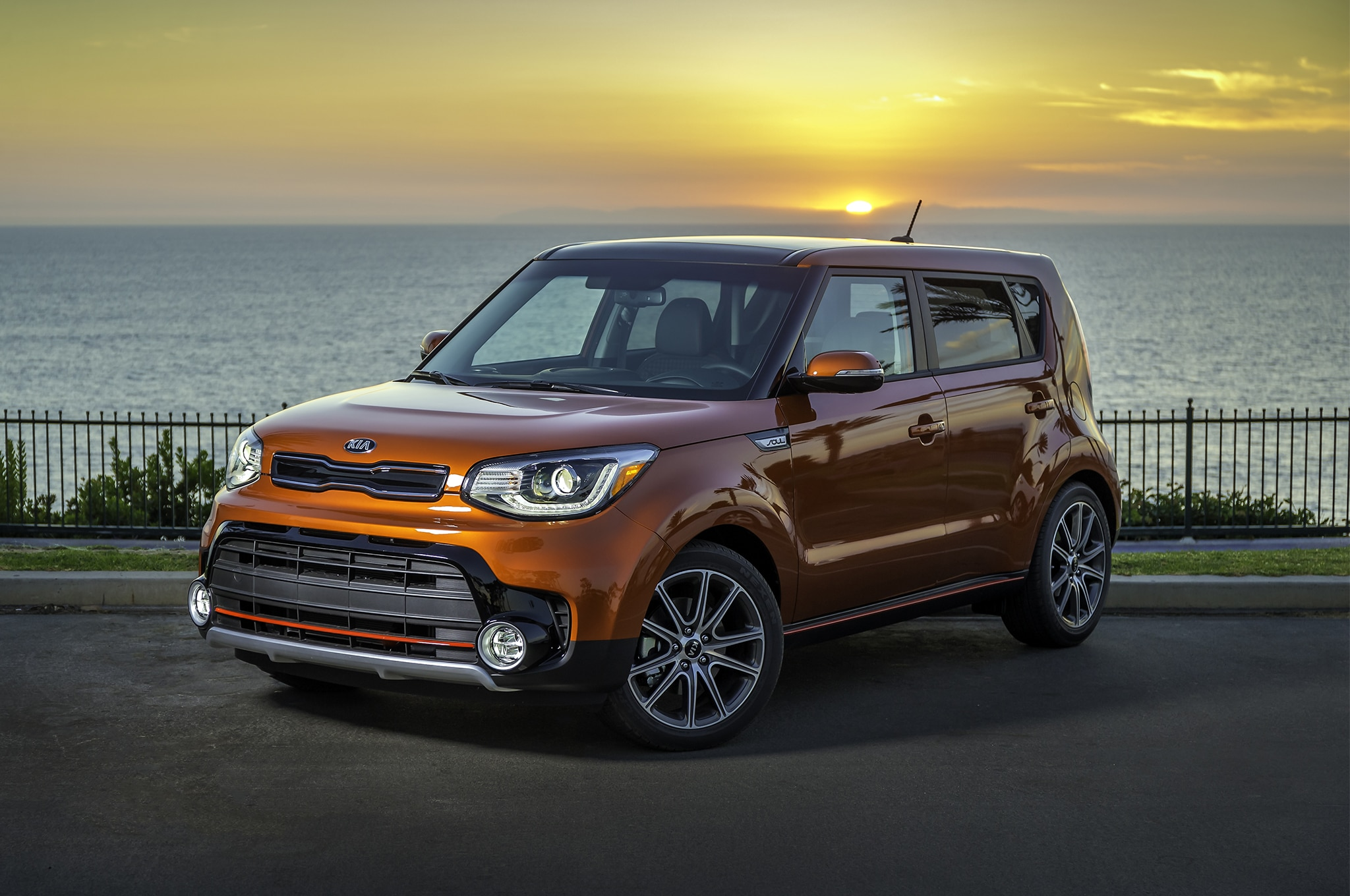 2017 Kia Soul Turbo front three quarter in motion 02