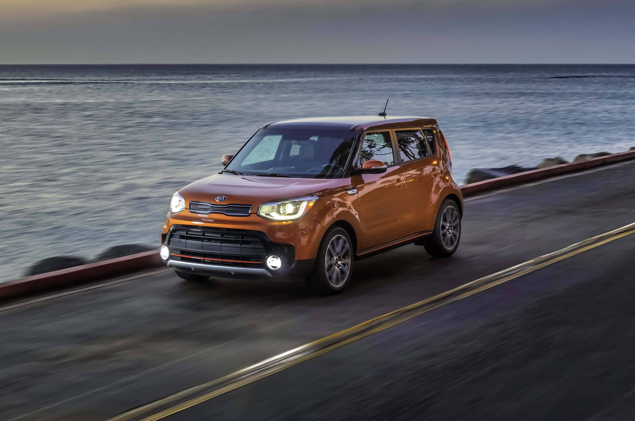 2017 Kia Soul Turbo front three quarter in motion 04