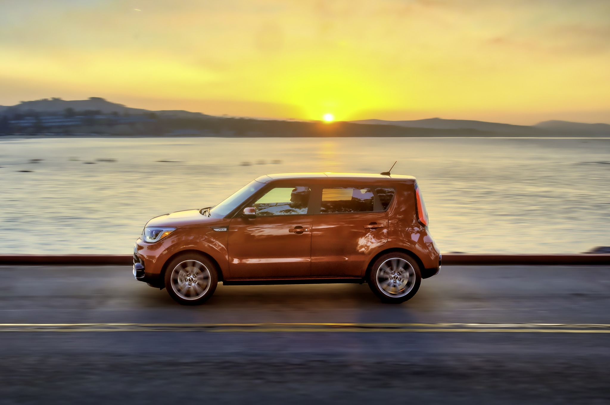 2017 Kia Soul Turbo side in motion 02