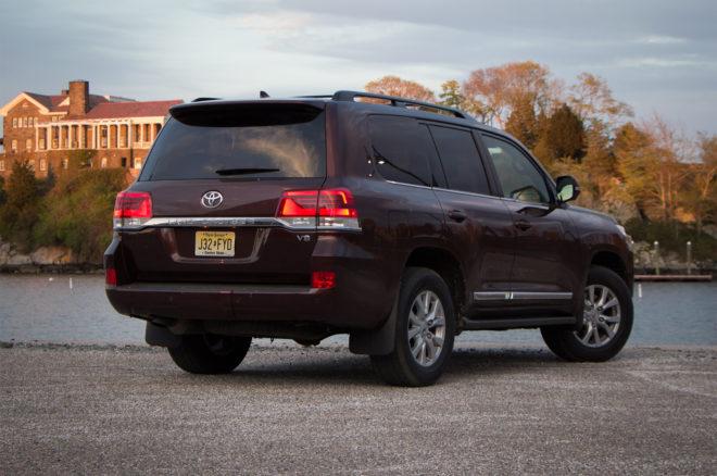 2016 Toyota Land Cruiser rear three quarter 02
