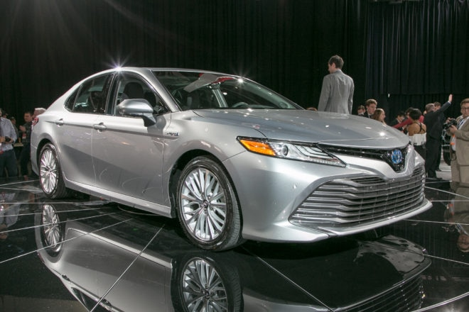 2018 Toyota Camry XLE Hybrid Front Three Quarter 660x440