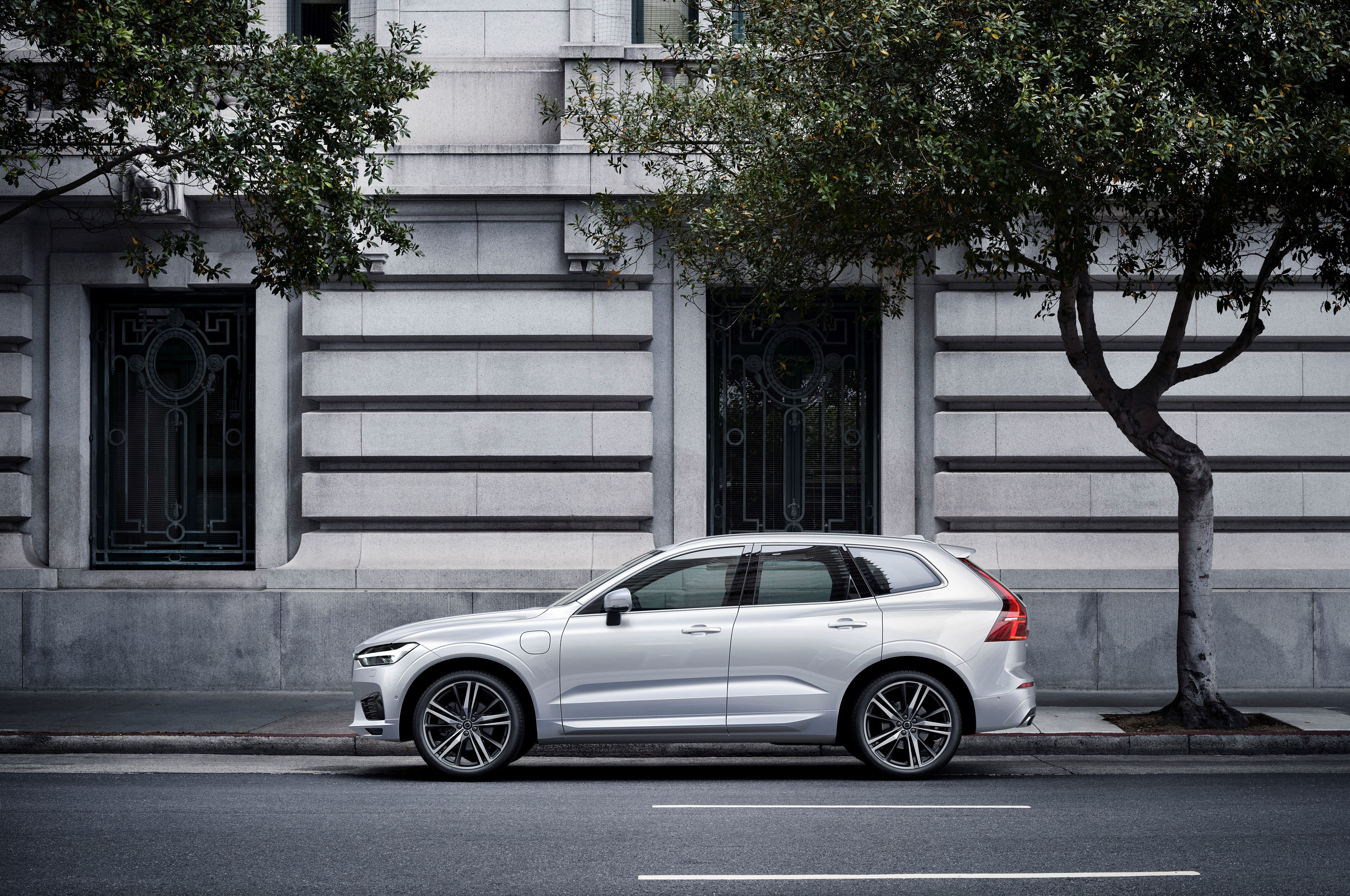 rolls the first side new line automobile volvo begins view production in news magazine sweden previous model replaces off