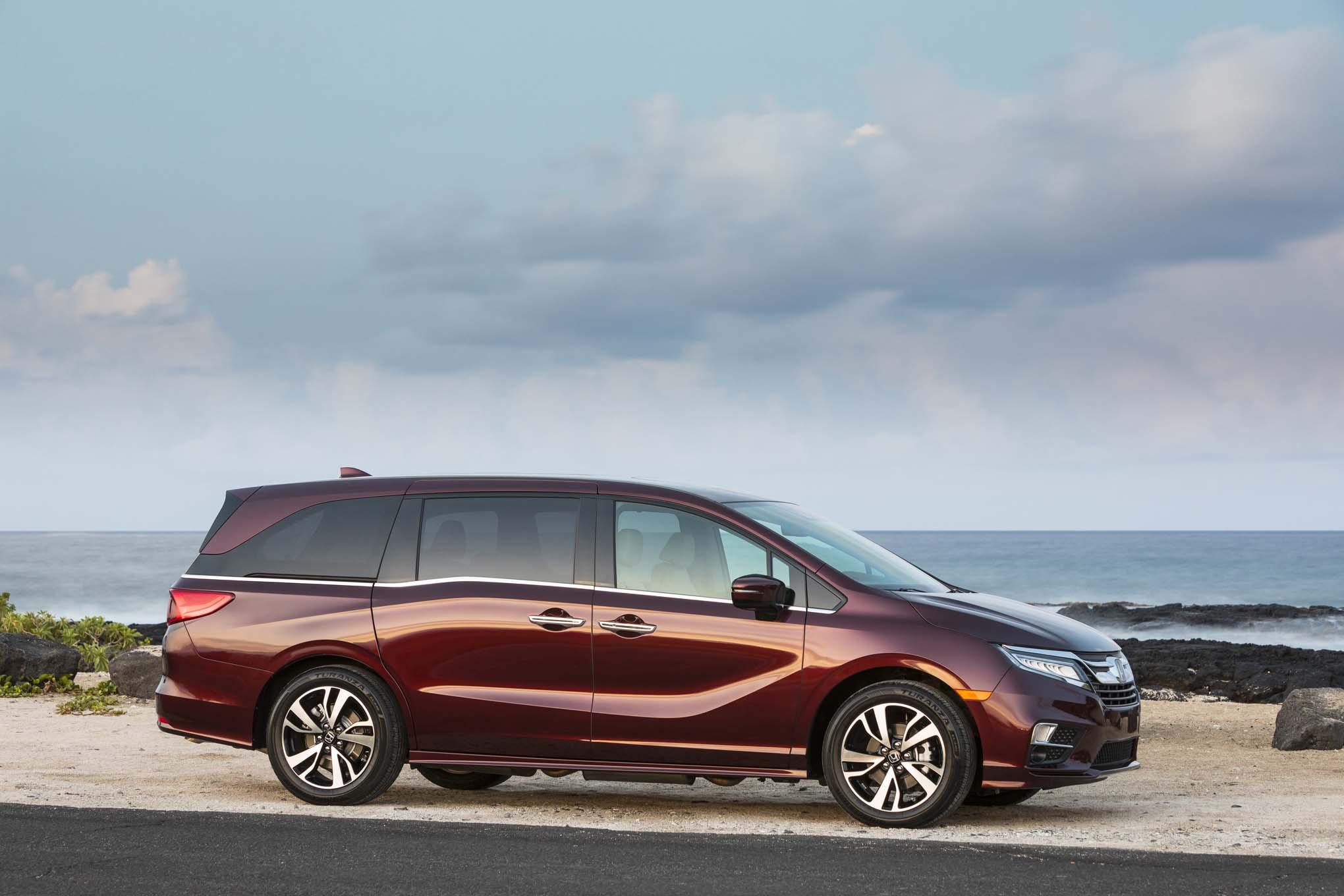 2018 Honda Odyssey Front Three Quarter 07