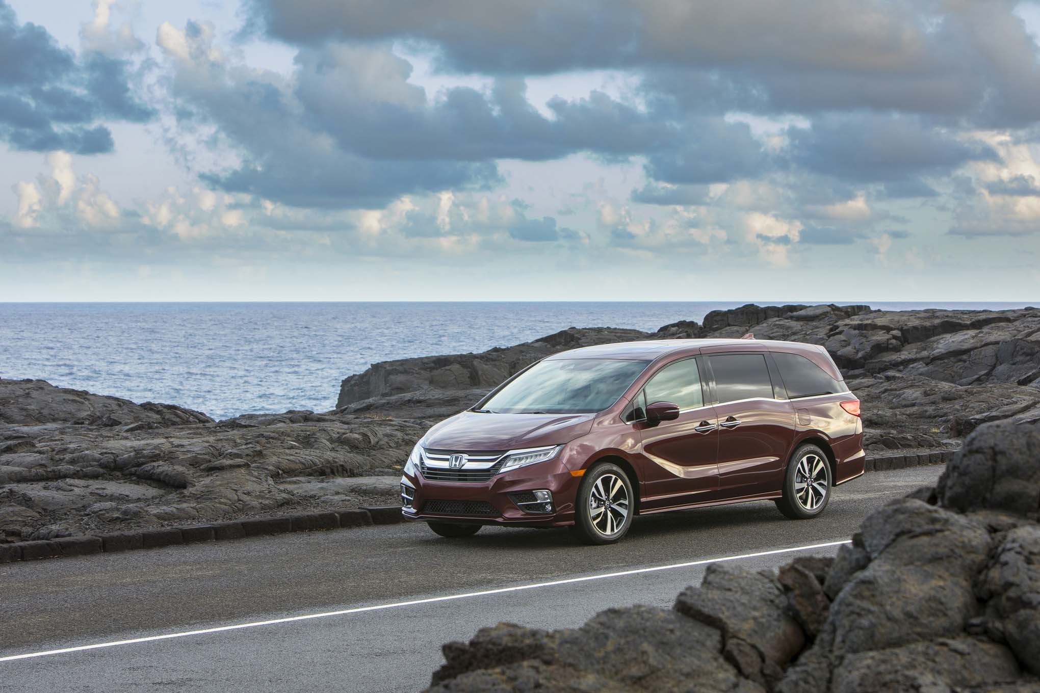 2018 Honda Odyssey Front Three Quarter 09