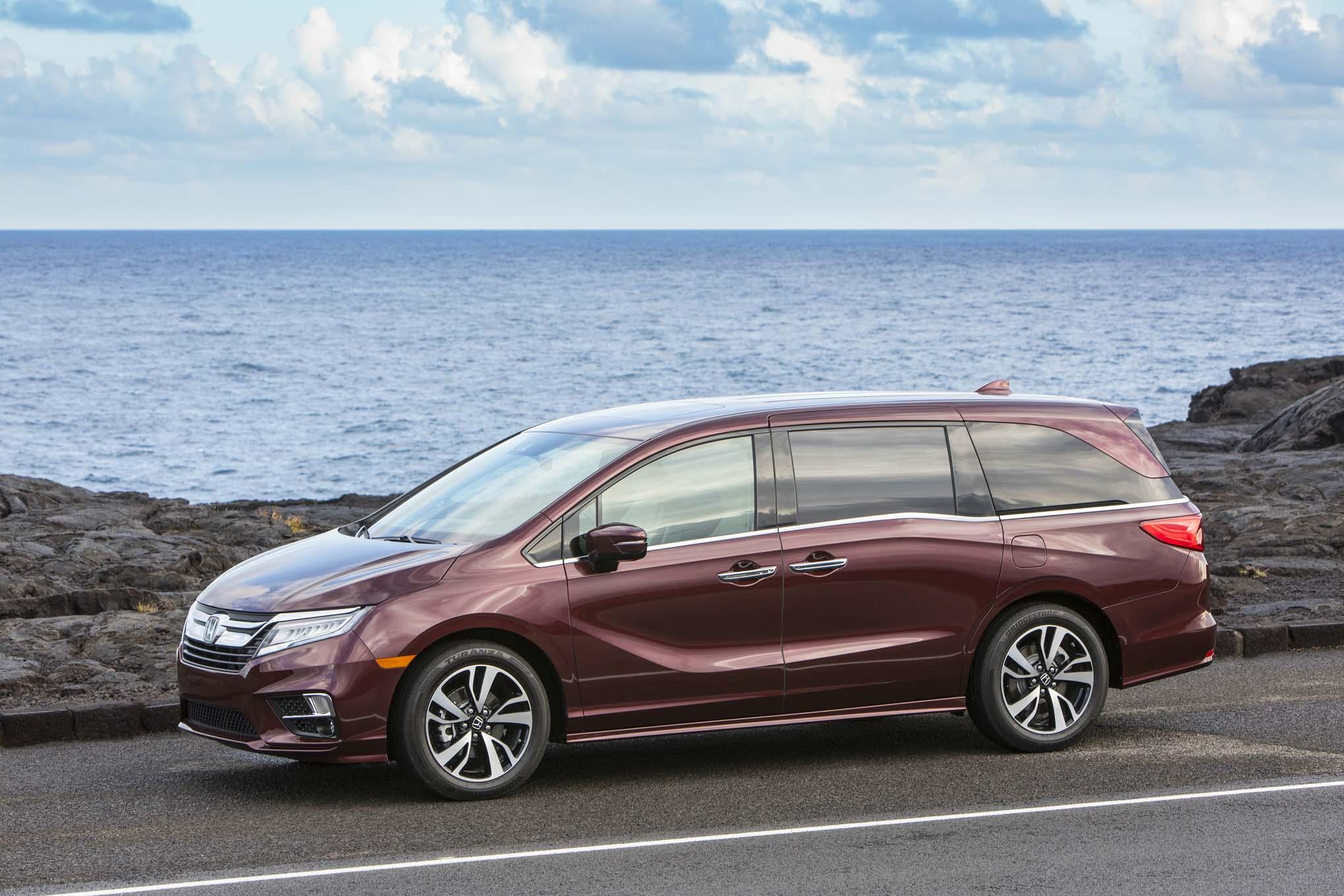 2018 Honda Odyssey Front Three Quarter 10