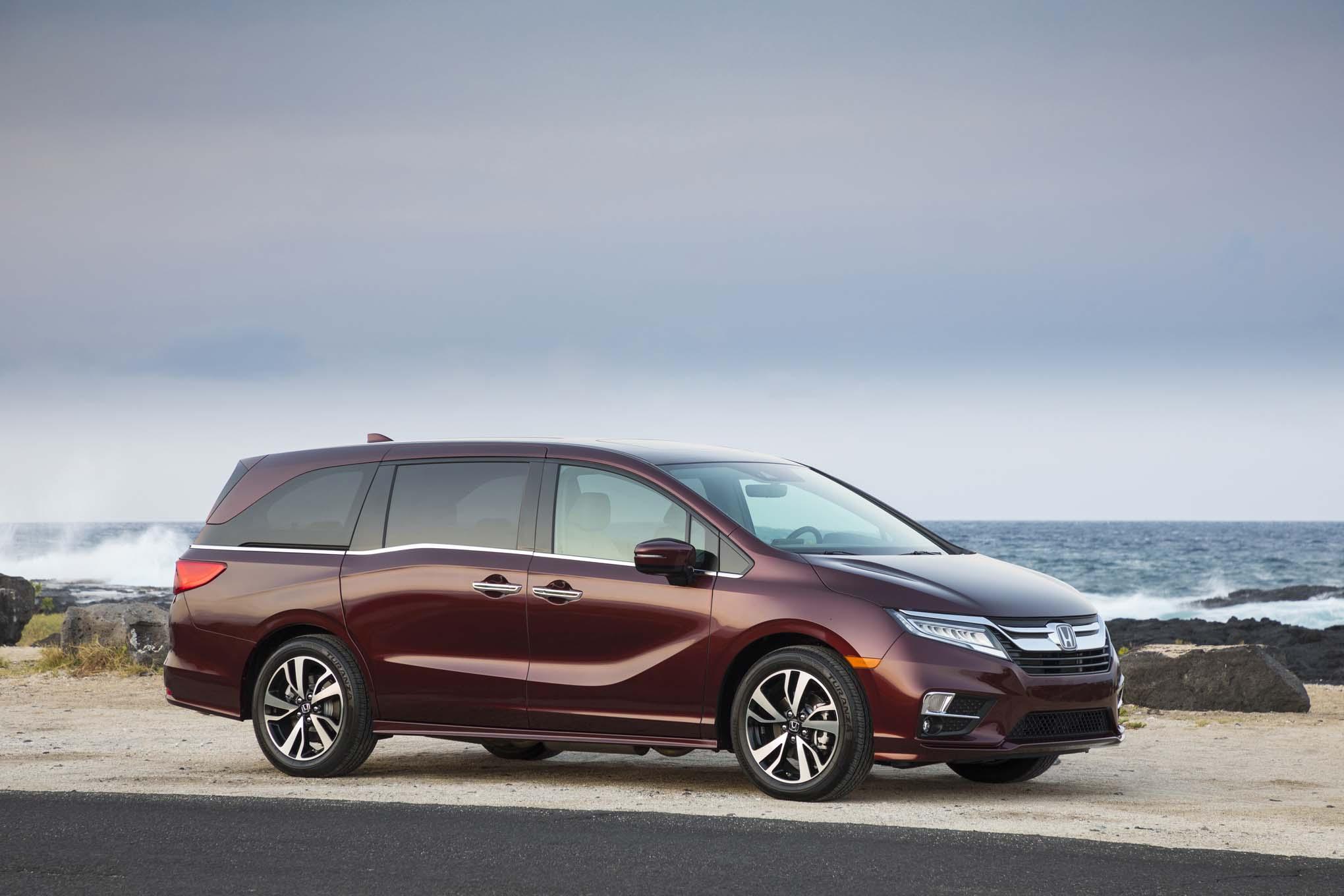 2018 Honda Odyssey Front Three Quarter 11