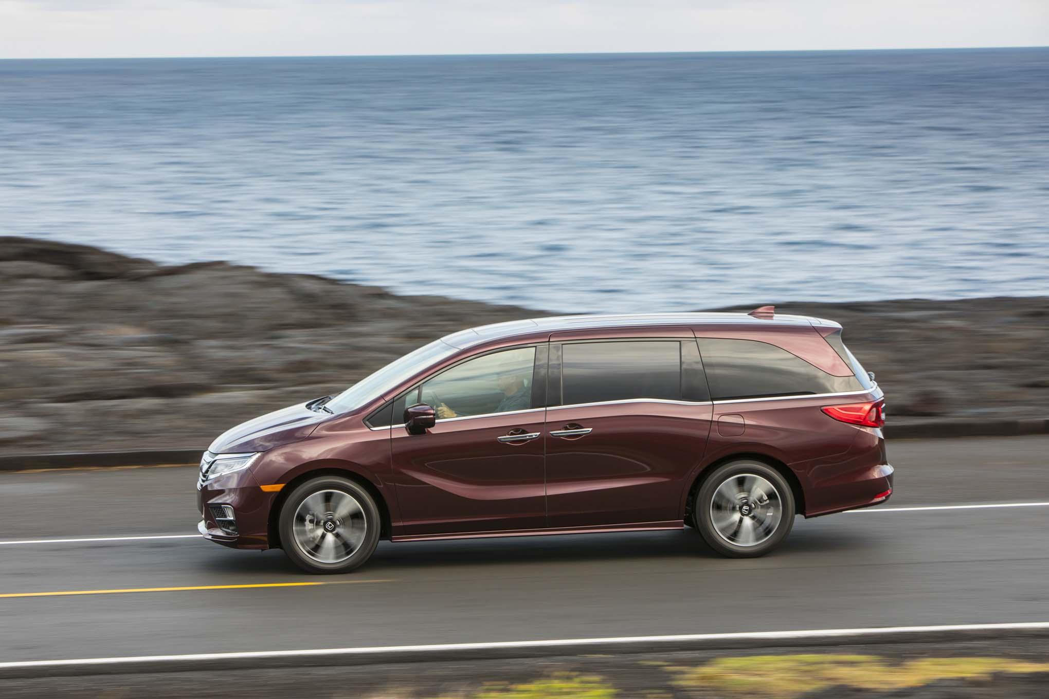 2018 Honda Odyssey Side In Motion 02