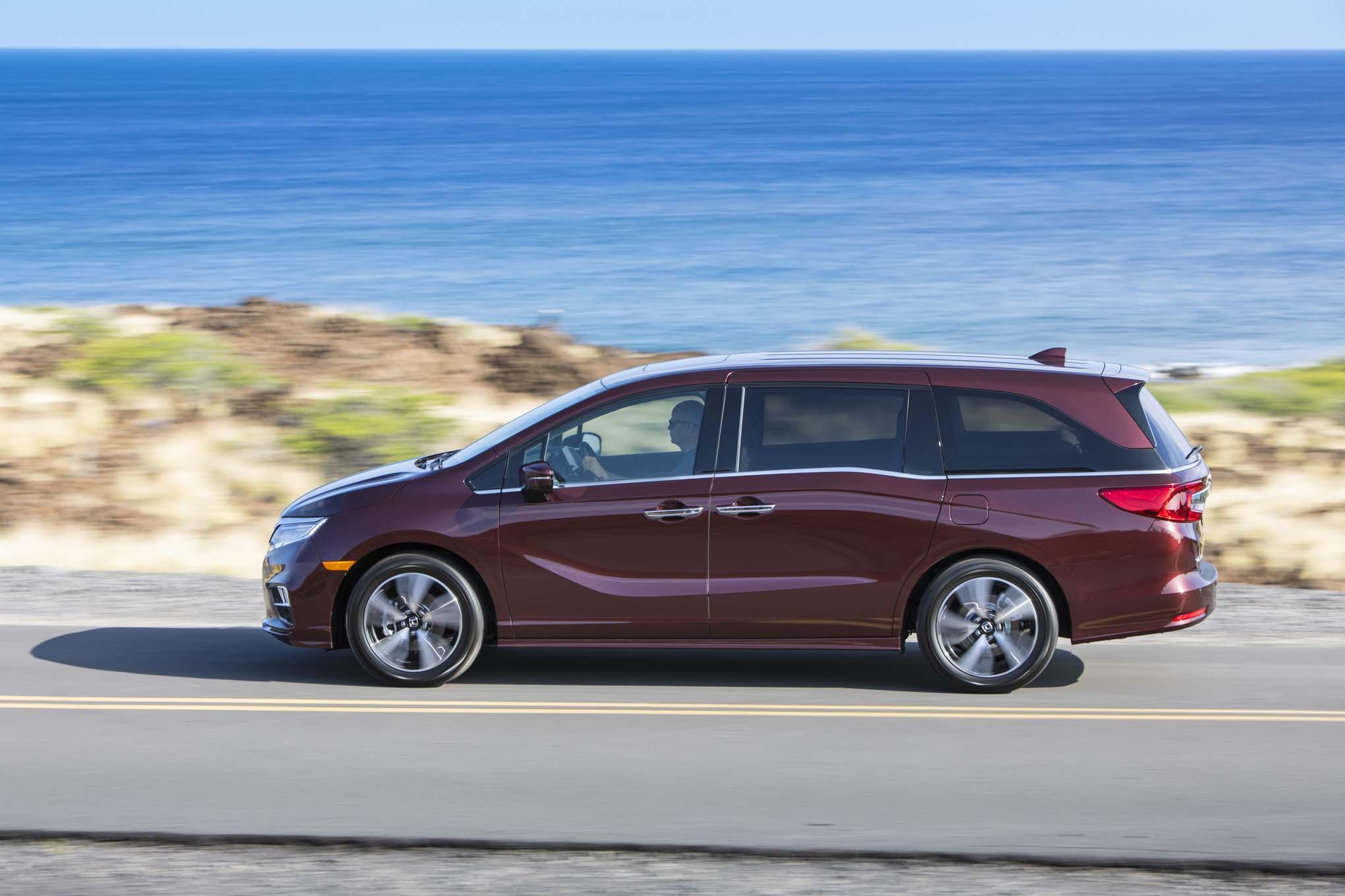2018 Honda Odyssey Side In Motion 03