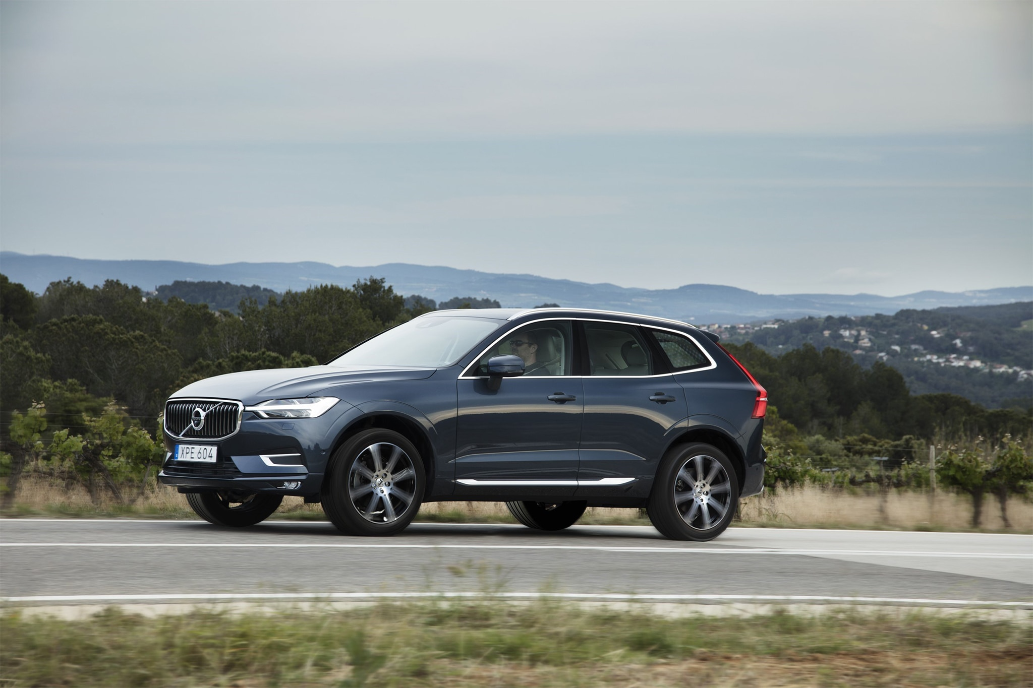 2018 Volvo XC60 Front Three Quarter In Motion 03