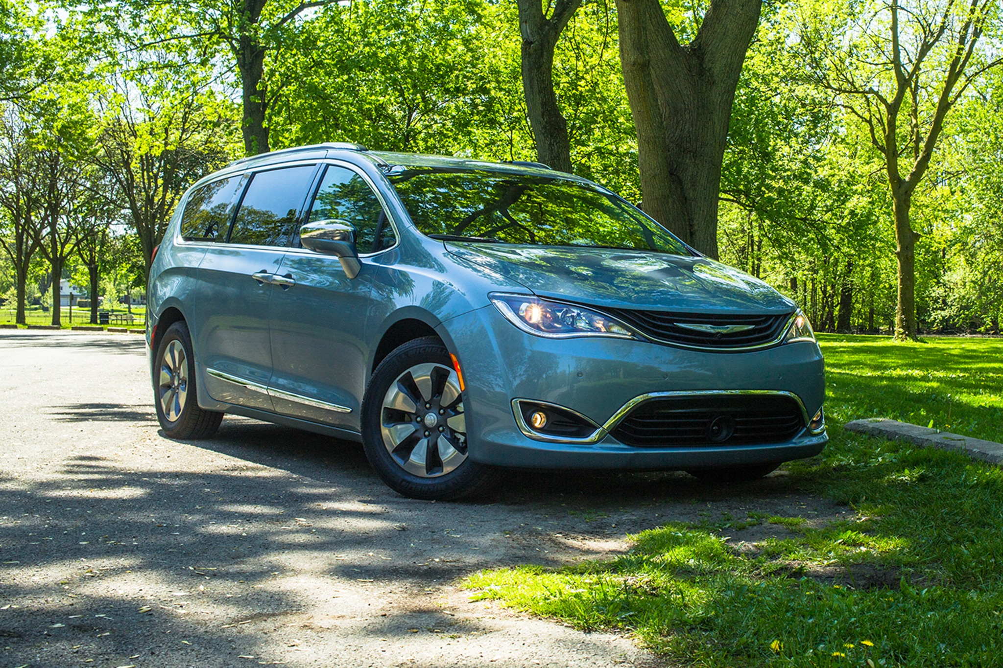 2017 Chrysler Pacifica Hybrid Platinum Front Three Quarter 01