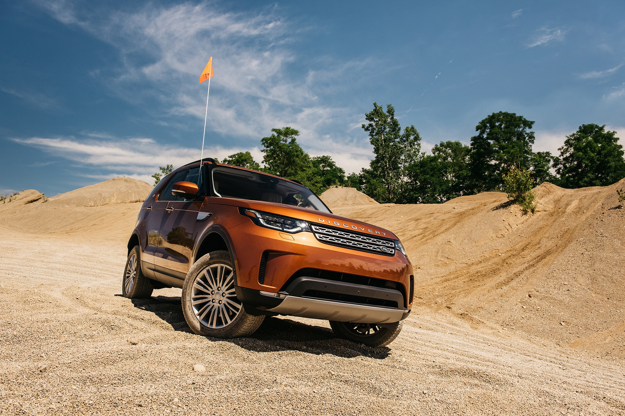 2017 Land Rover Discovery Td6 HSE Front Three Quarter 08