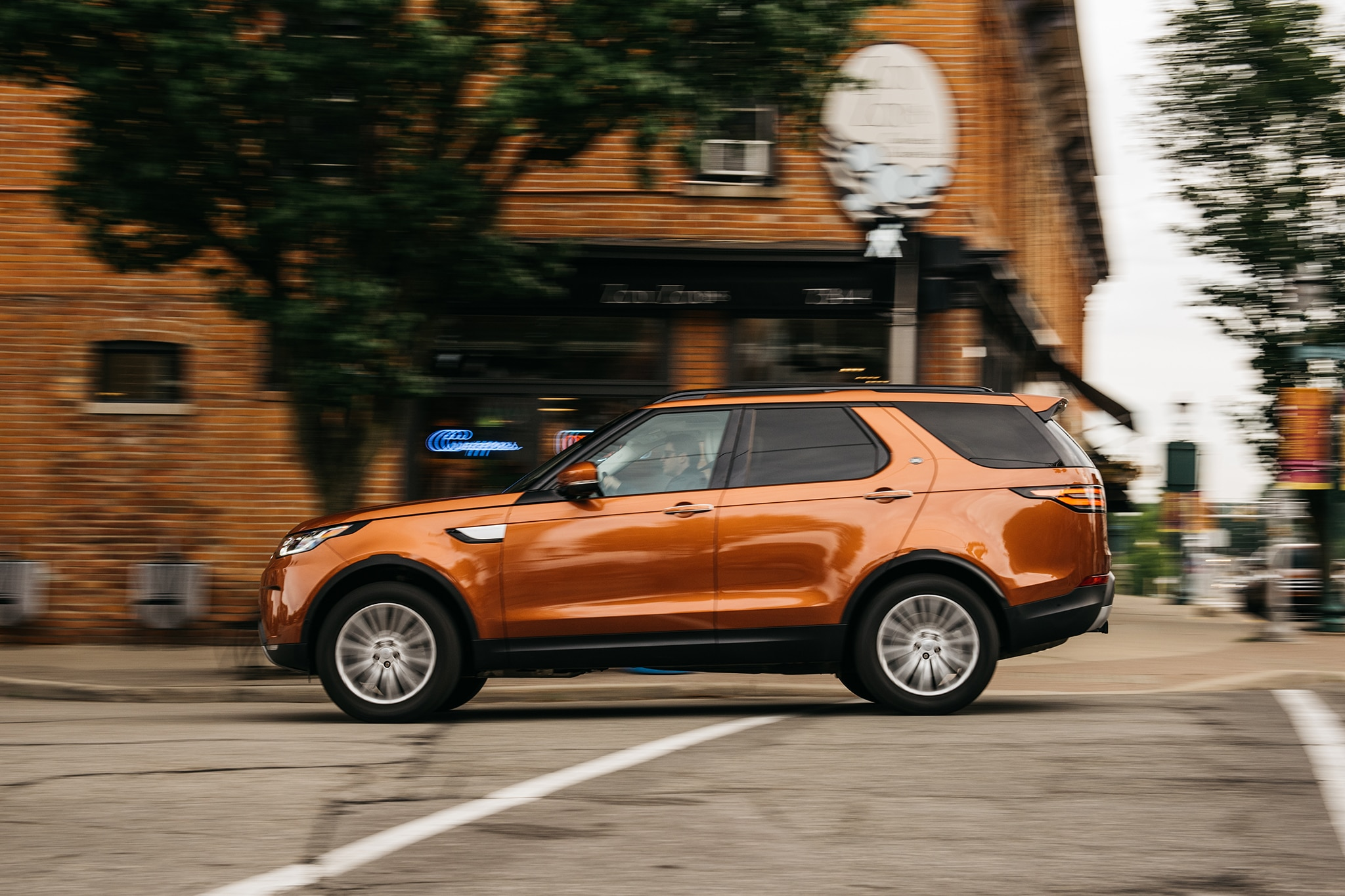 2017 Land Rover Discovery Td6 HSE Side Profile In Motion 02