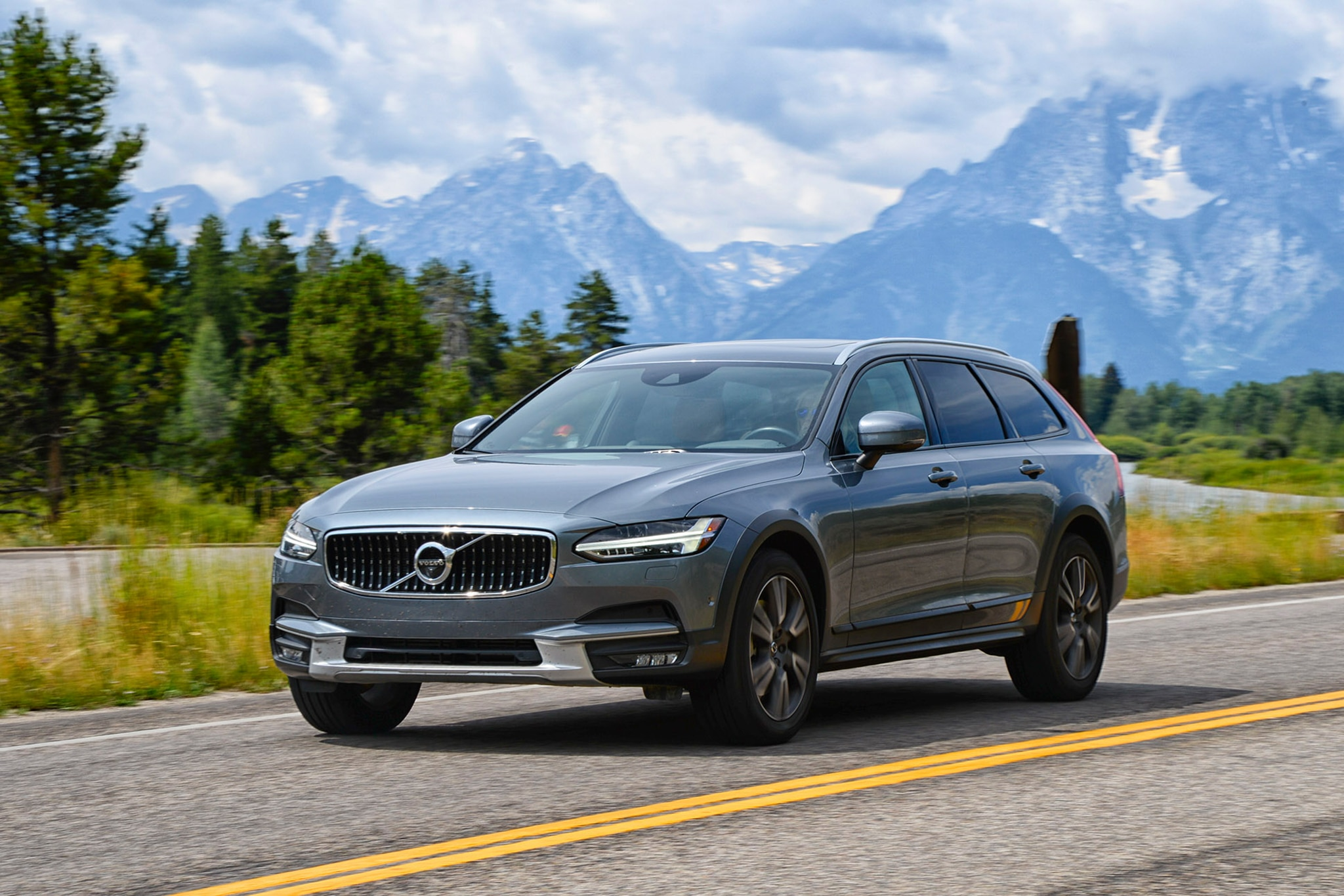 2017 Volvo V90 Cross Country Front Three Quarter In Motion 02