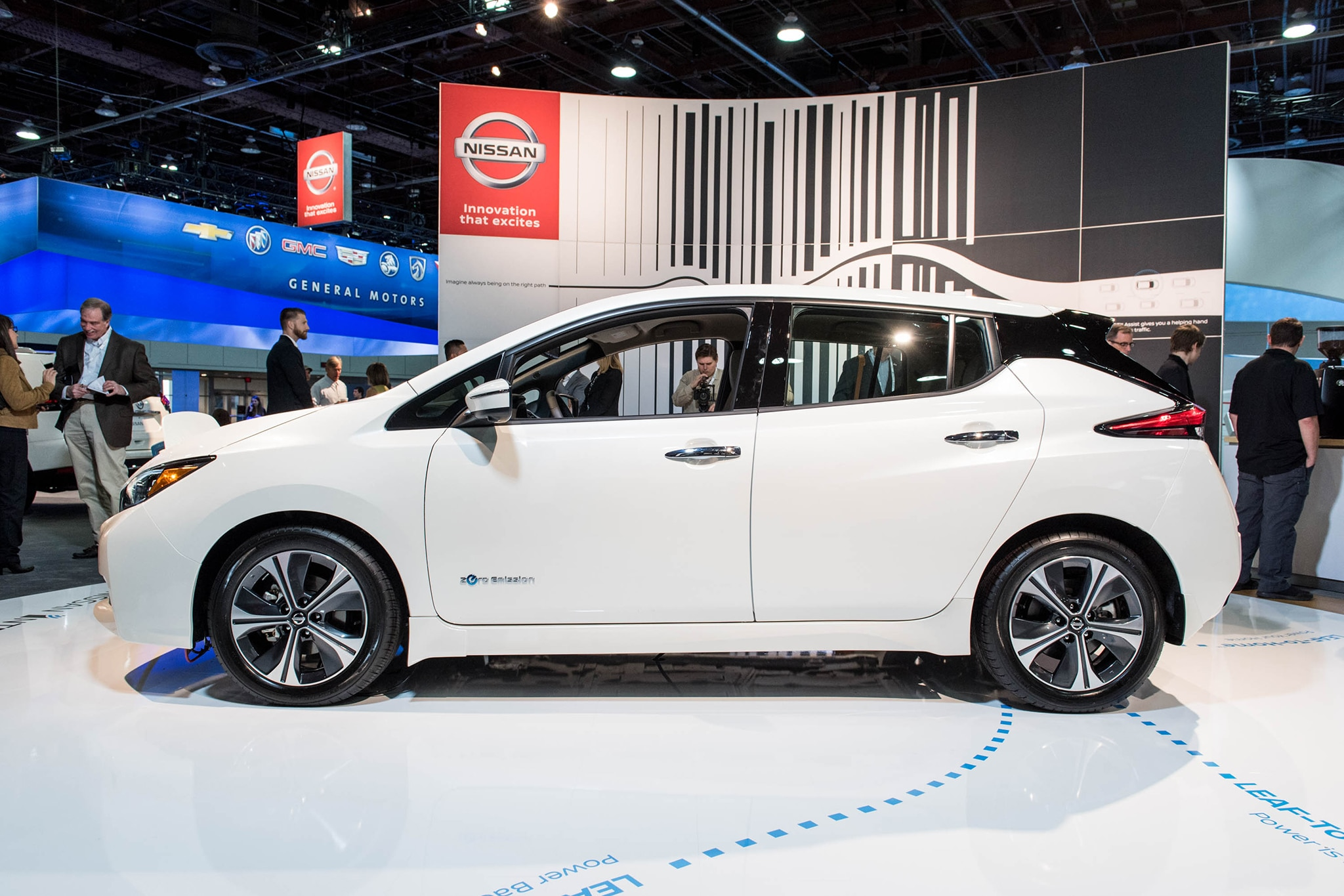 2018 nissan leaf charges onto the stage in las vegas automobile magazine. Black Bedroom Furniture Sets. Home Design Ideas