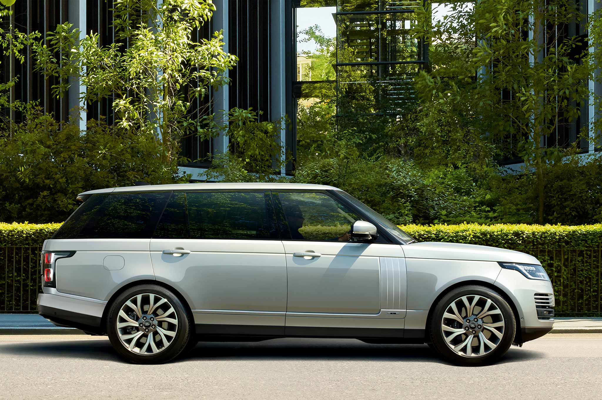 range rover debuts p400e plug in hybrid due for 2019 automobile magazine. Black Bedroom Furniture Sets. Home Design Ideas