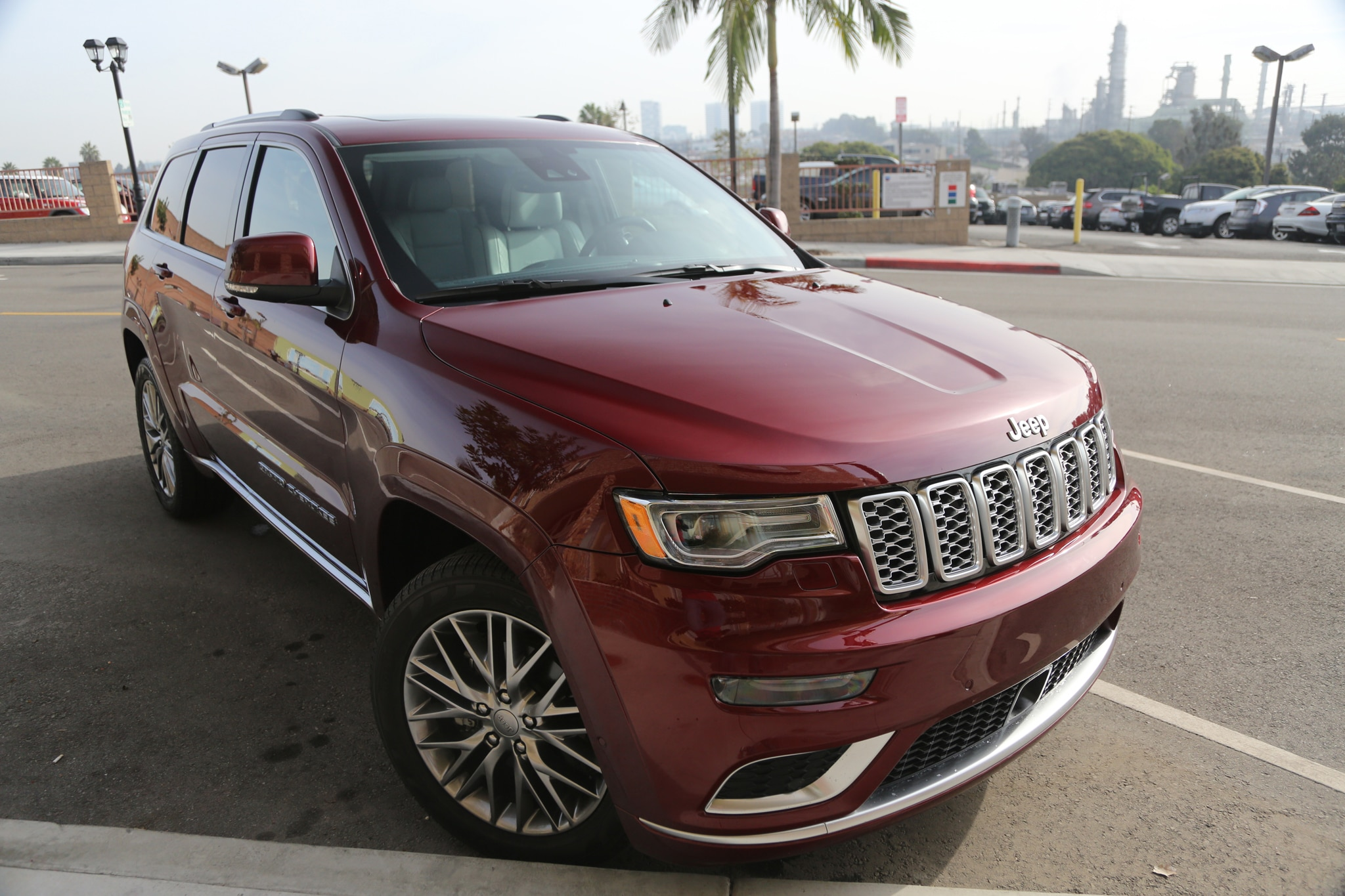 2017 Jeep Grand Cherokee Front Three Quarter 07