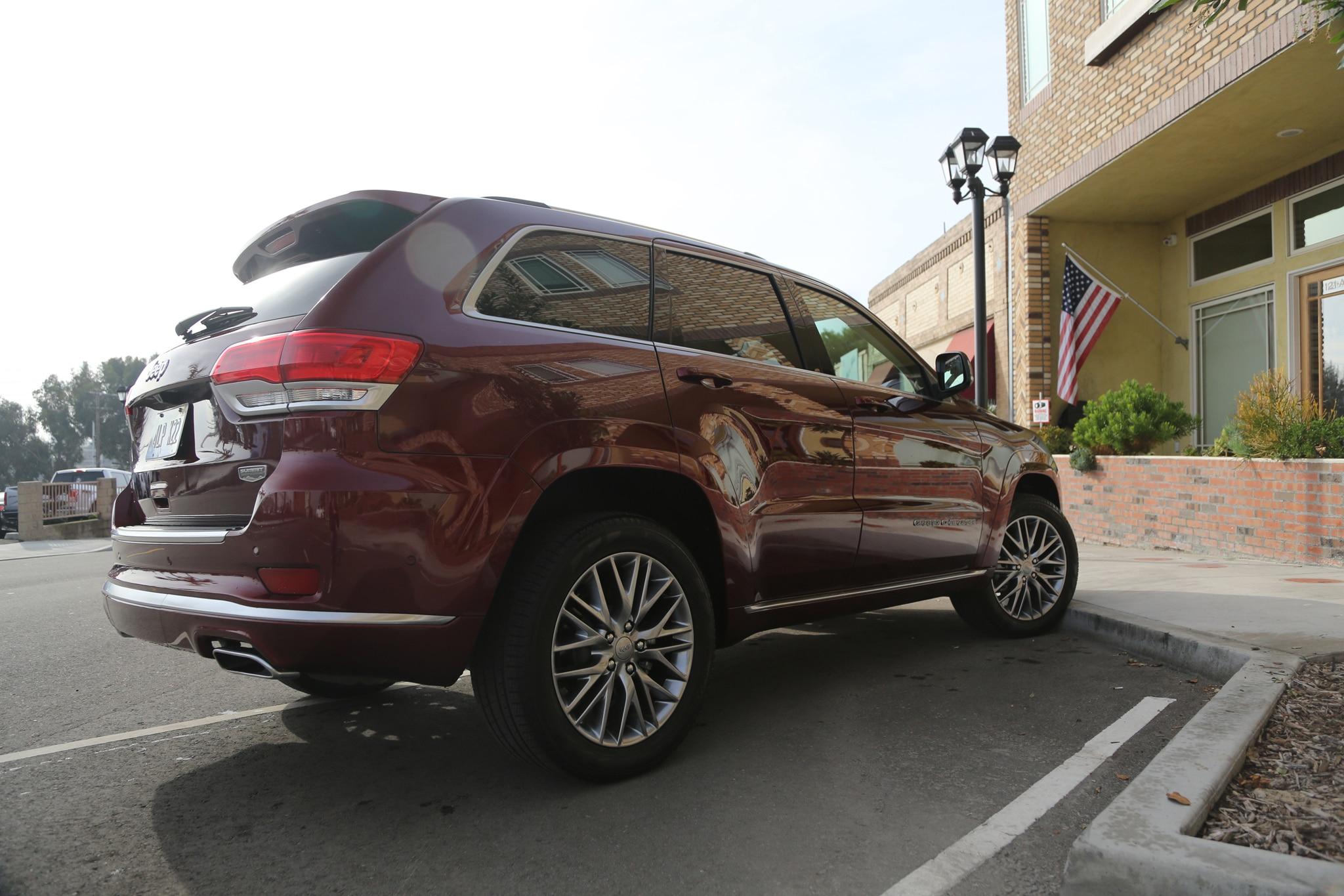 2017 Jeep Grand Cherokee Rear Three Quarter 01