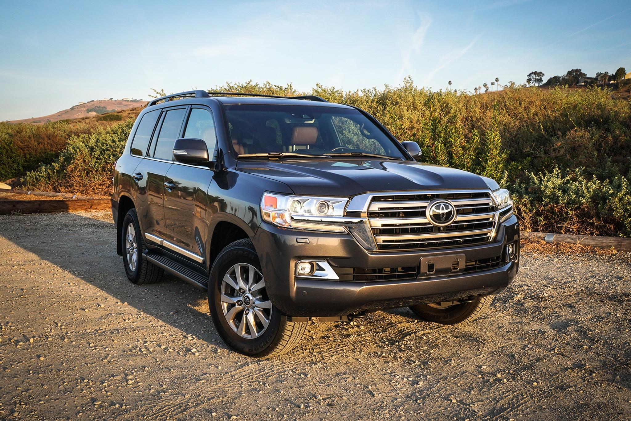 2018 Toyota Land Cruiser Front Three Quarter 02