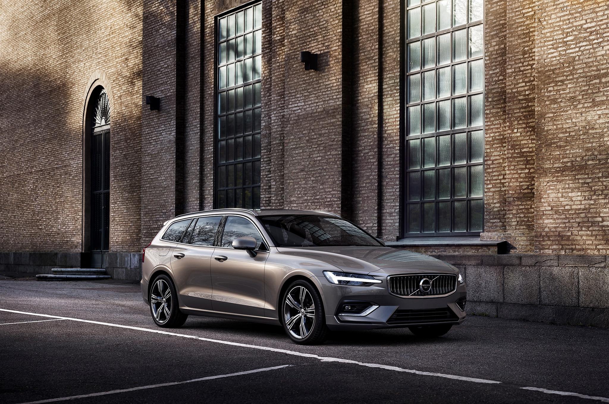 2019 Volvo V60 Front Three Quarter 4