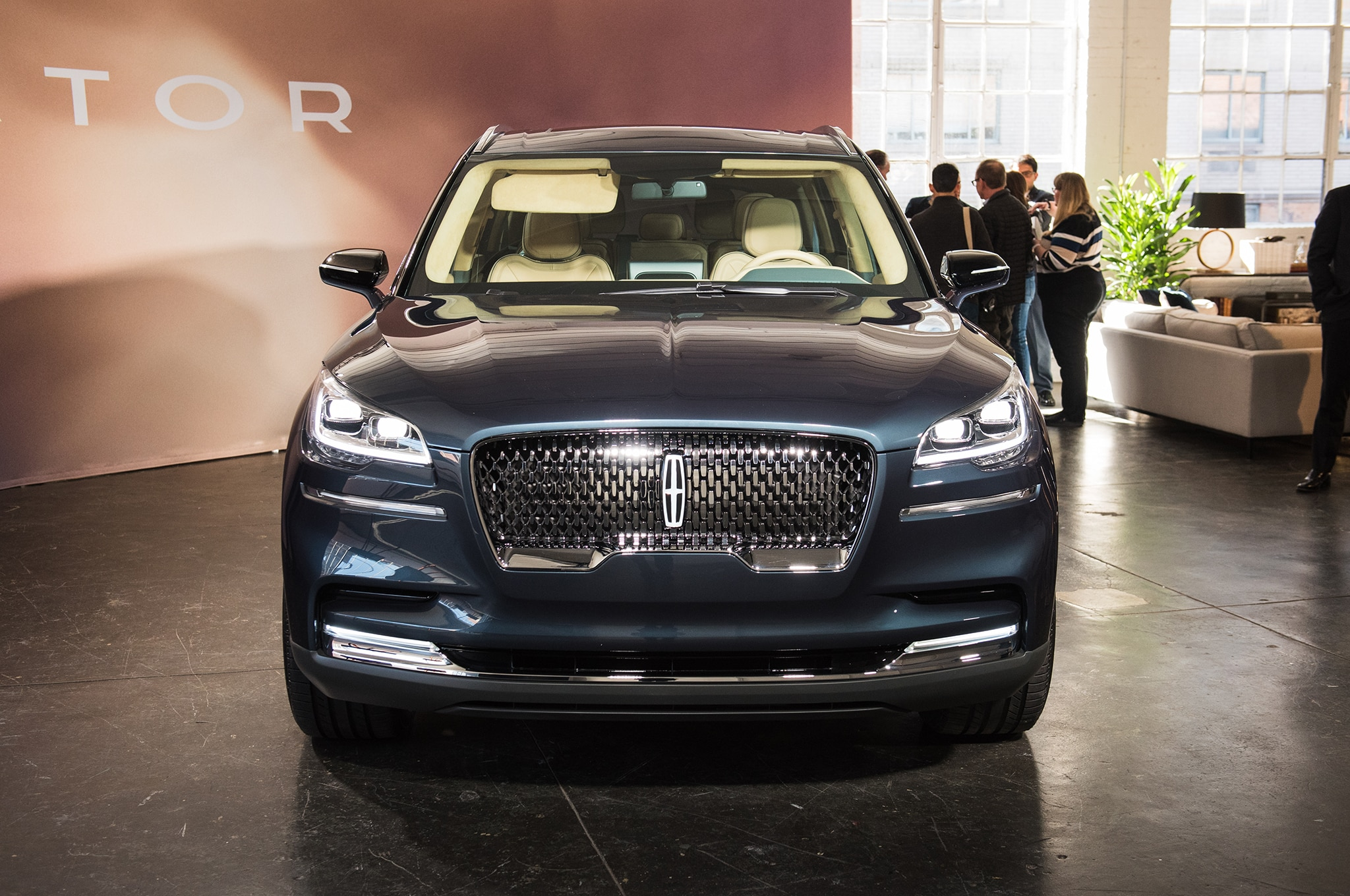 lincoln aviator is plug as key with suv show auto the a akrales hybrid ny in smartphone