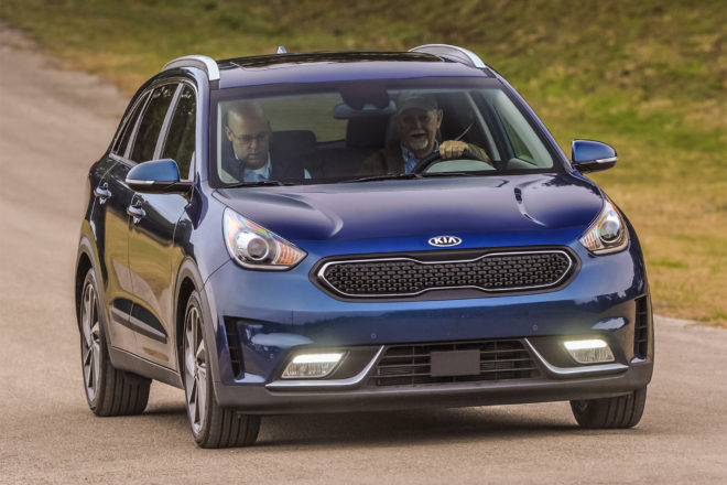 2017 Kia Niro front three quarter in motion 03
