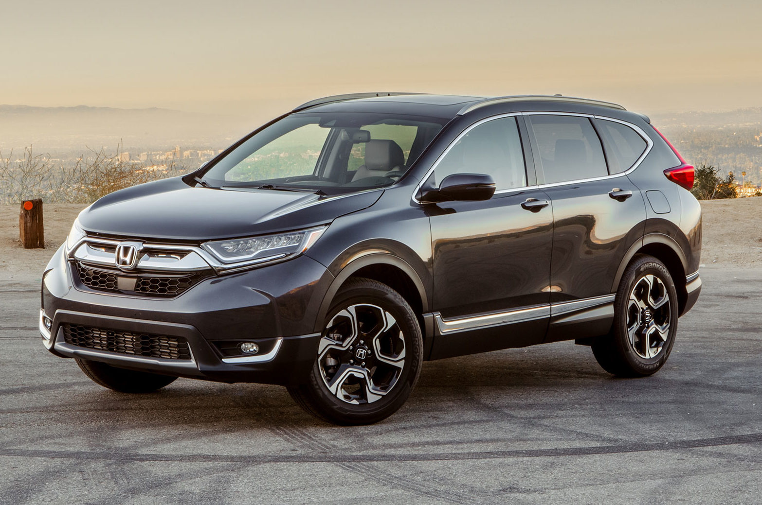 2018 honda cr v price goes up slightly automobile magazine for Honda crv 2017 vs 2018