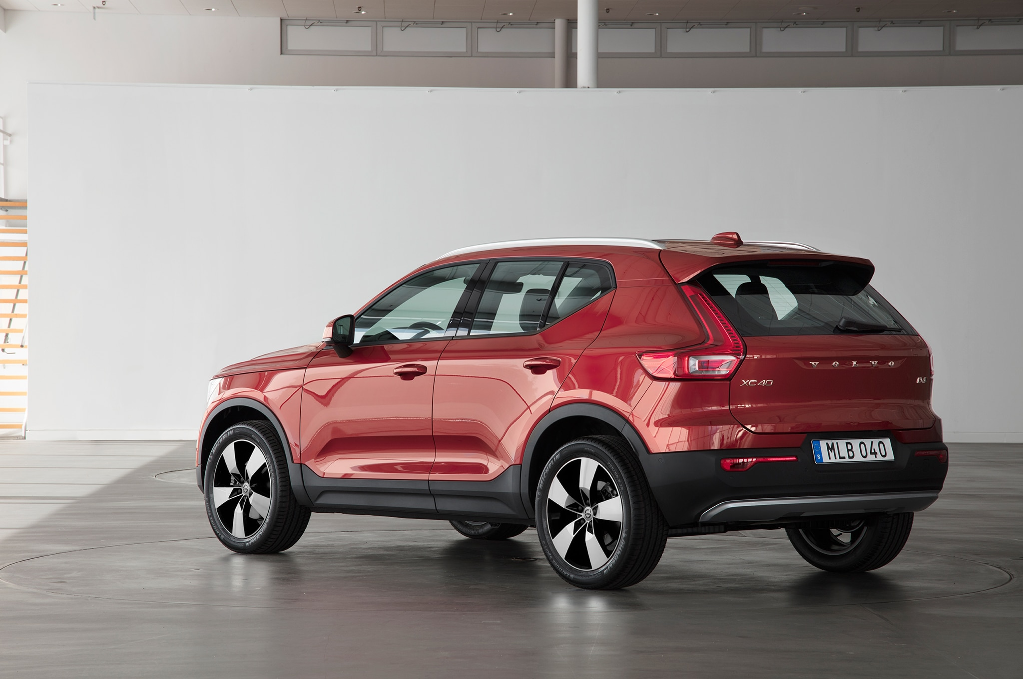 2019 volvo xc40 crashes milan s fashion week automobile. Black Bedroom Furniture Sets. Home Design Ideas