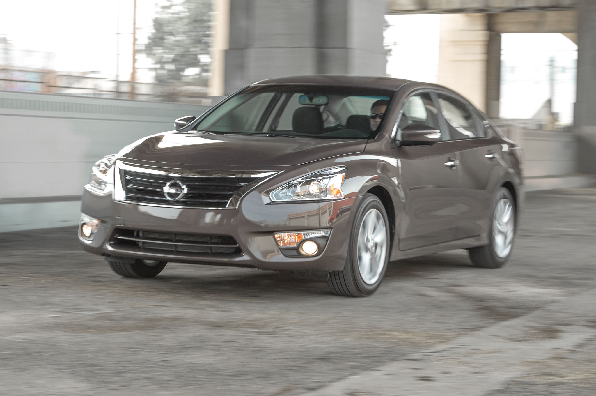 2014 Nissan Altima 25 SV Front Side Motion View