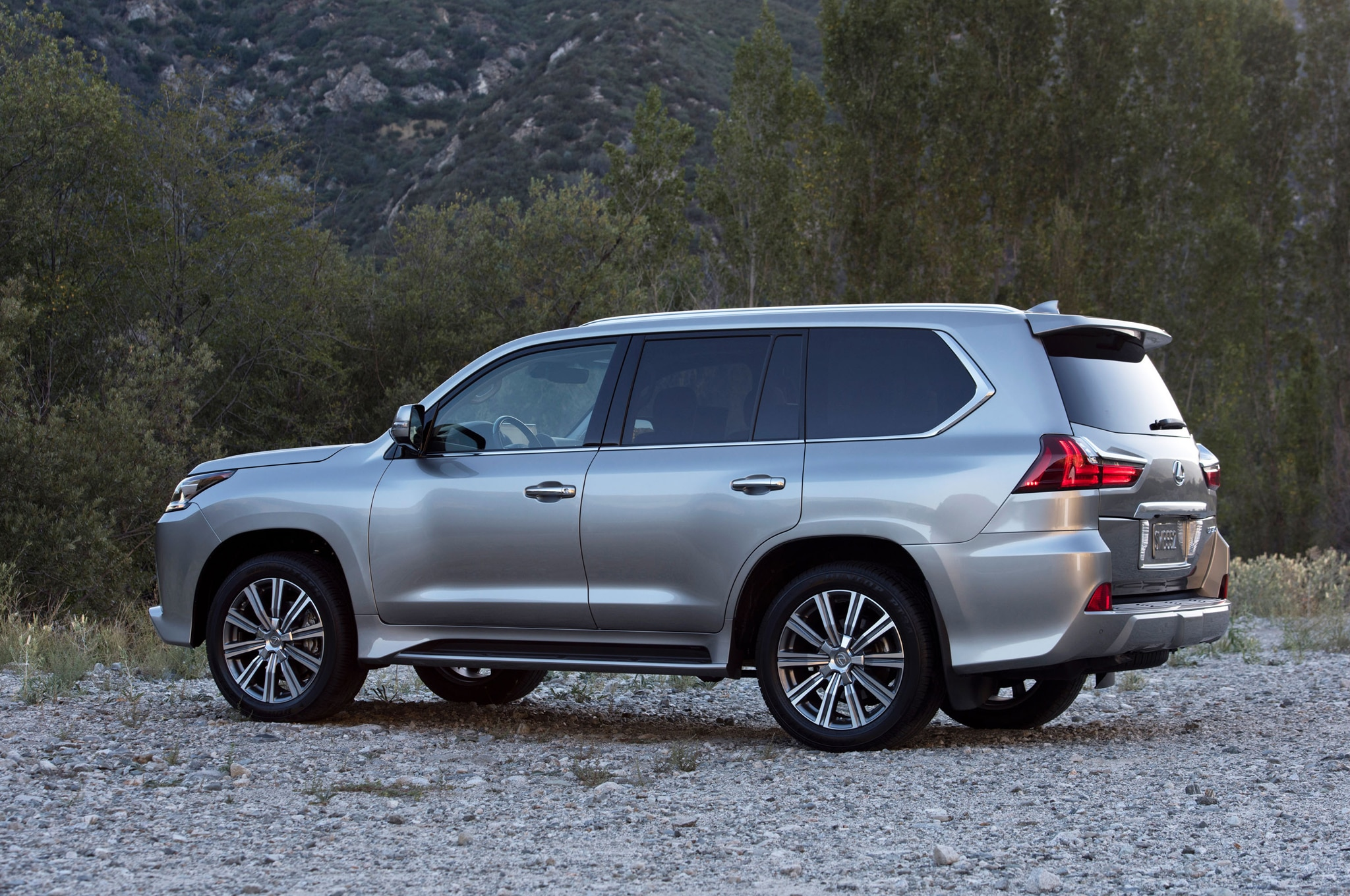 https://st.automobilemag.com/uploads/sites/10/2015/09/2016-Lexus-LX-570-rear-three-quarter.jpg