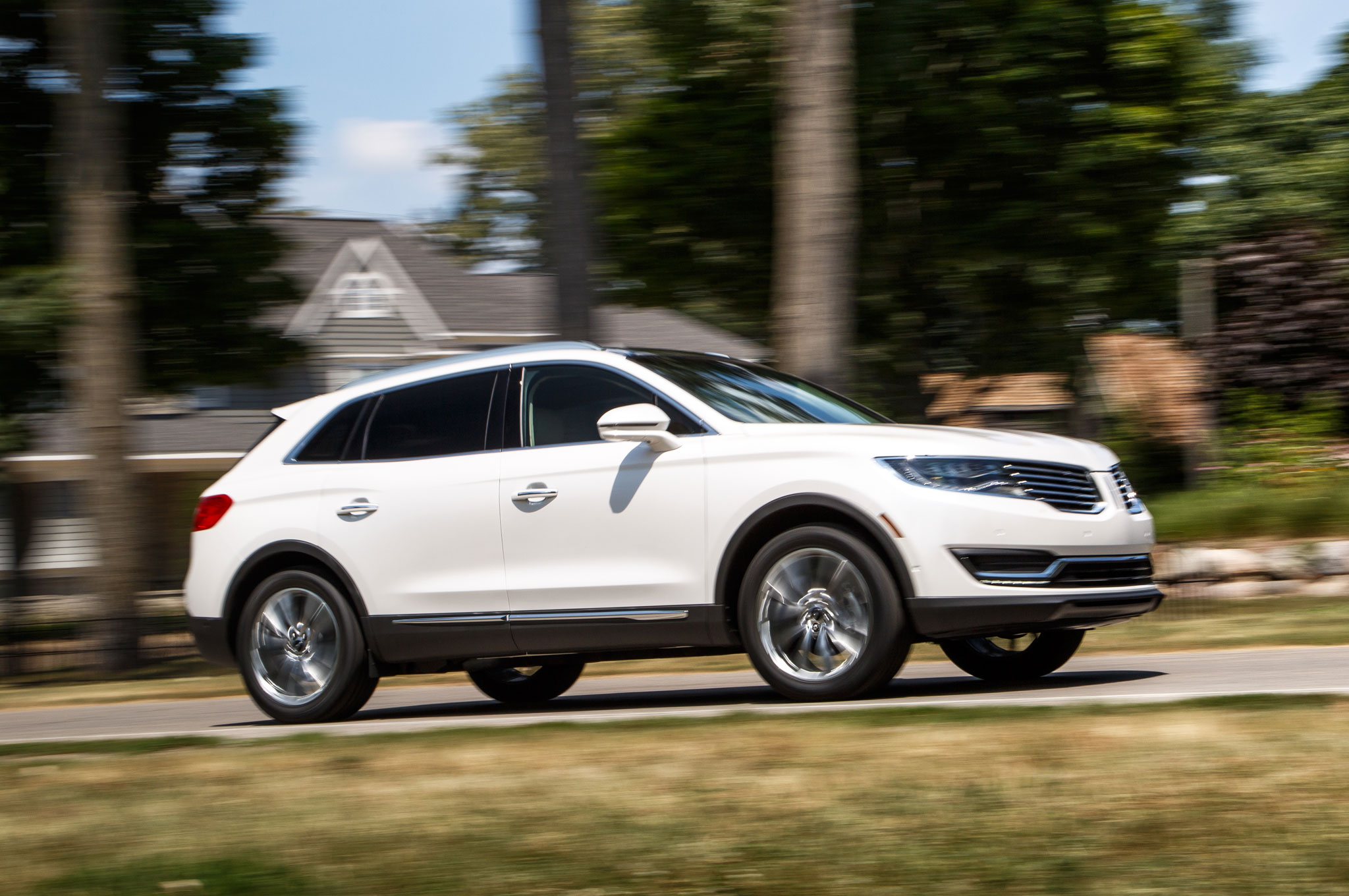 2016 Lincoln Mkx Front Three Quarter In Motion 09
