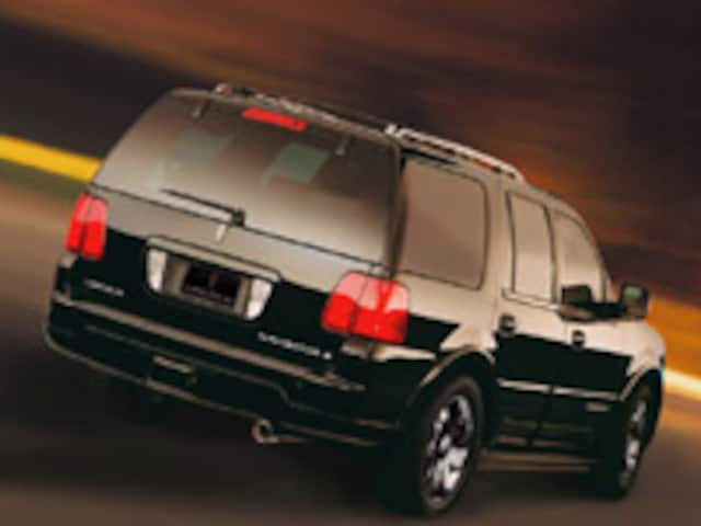 https://st.automobilemag.com/uploads/sites/11/2003/04/2003_ny-2004_lincoln_navigator_k_concept-rear_right_view.jpg?interpolation=lanczos-none&fit=around%7C640%3A400