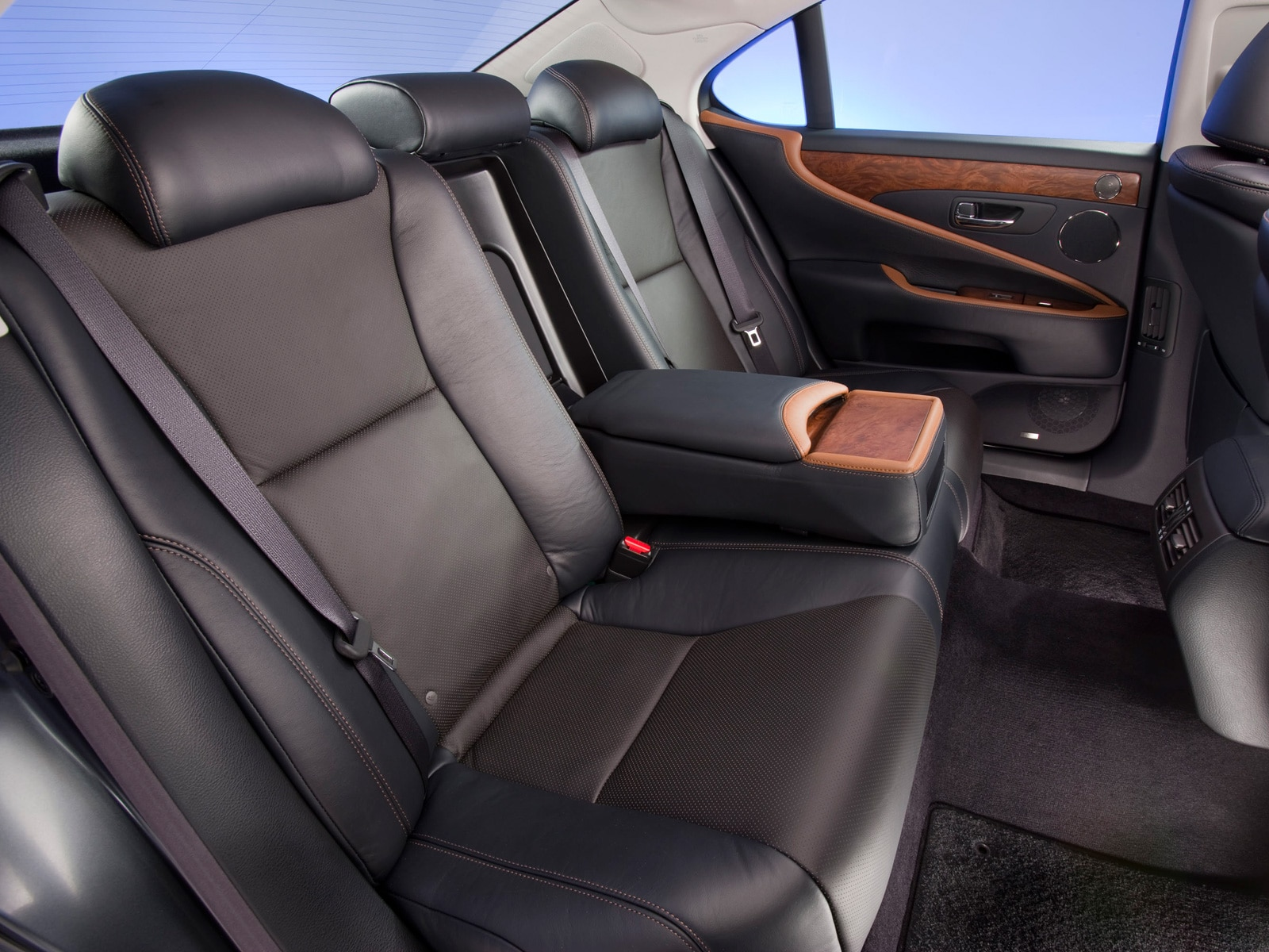 https://st.automobilemag.com/uploads/sites/11/2009/11/0911_11_z-2010_lexus_lS_460_sport-rear_interior.jpg