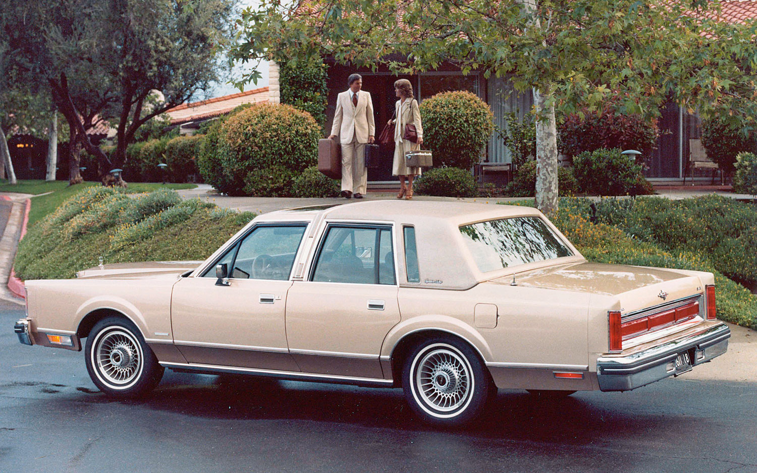 lincoln-town-car-left-side-view-parked.j