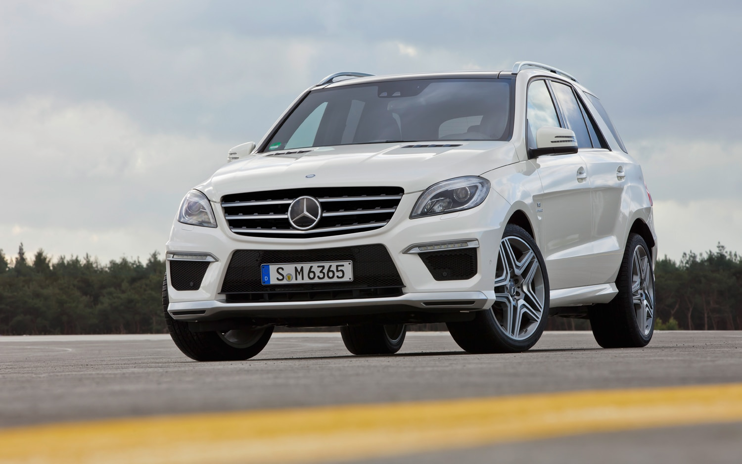 2012 Mercedes Benz ML63 AMG Front Three Quarters1