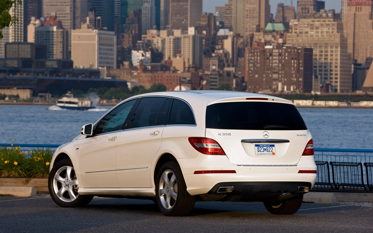Saved By China Mercedes Benz R Class Will Live Through 2015