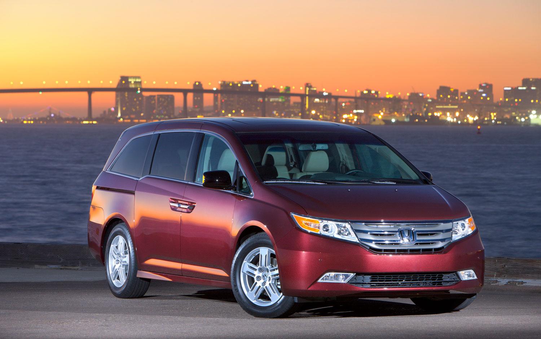 2012 Honda Odyssey Front Right Three1