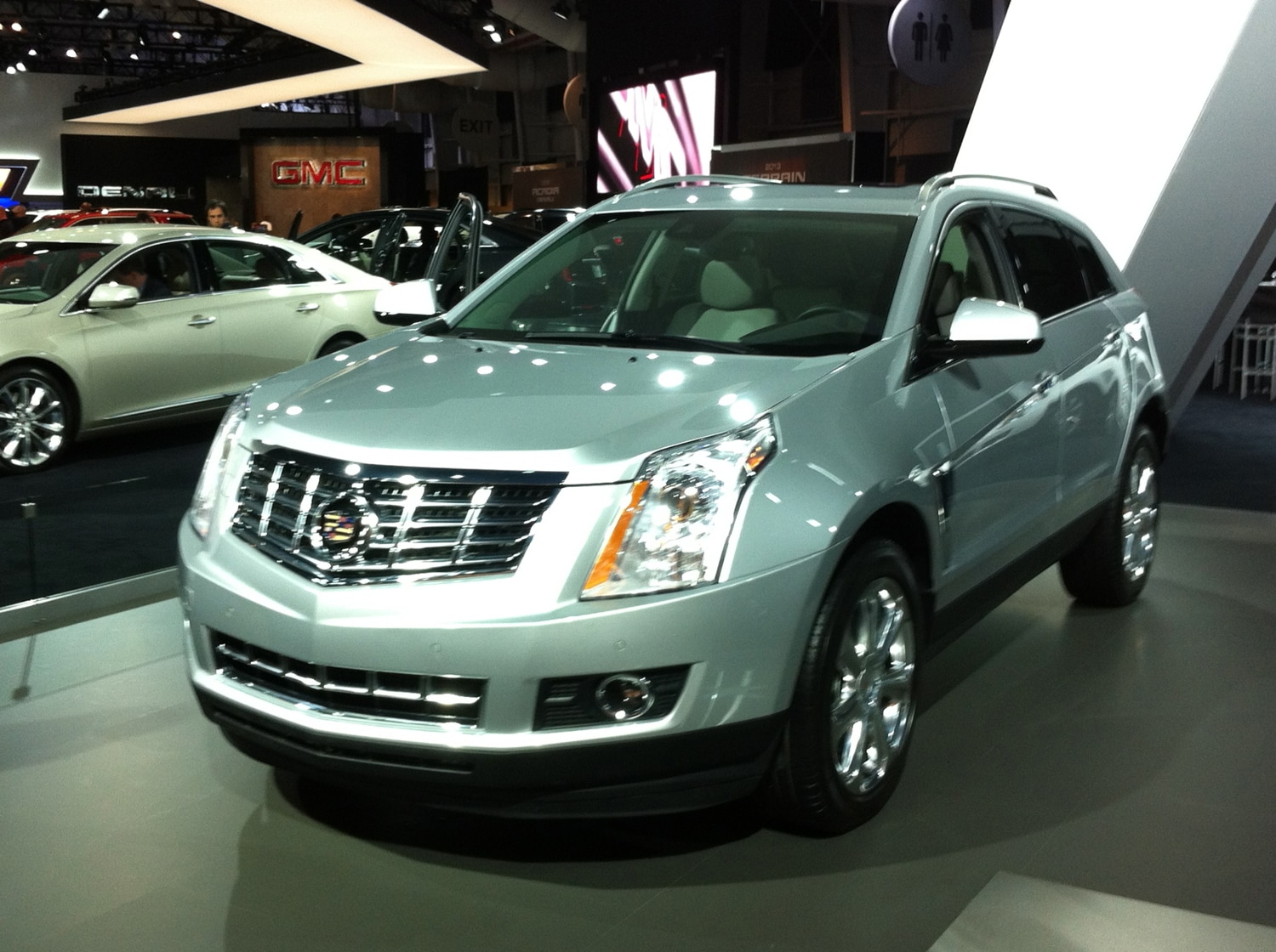 2013 Cadillac SRX Front Three Quarter Live1