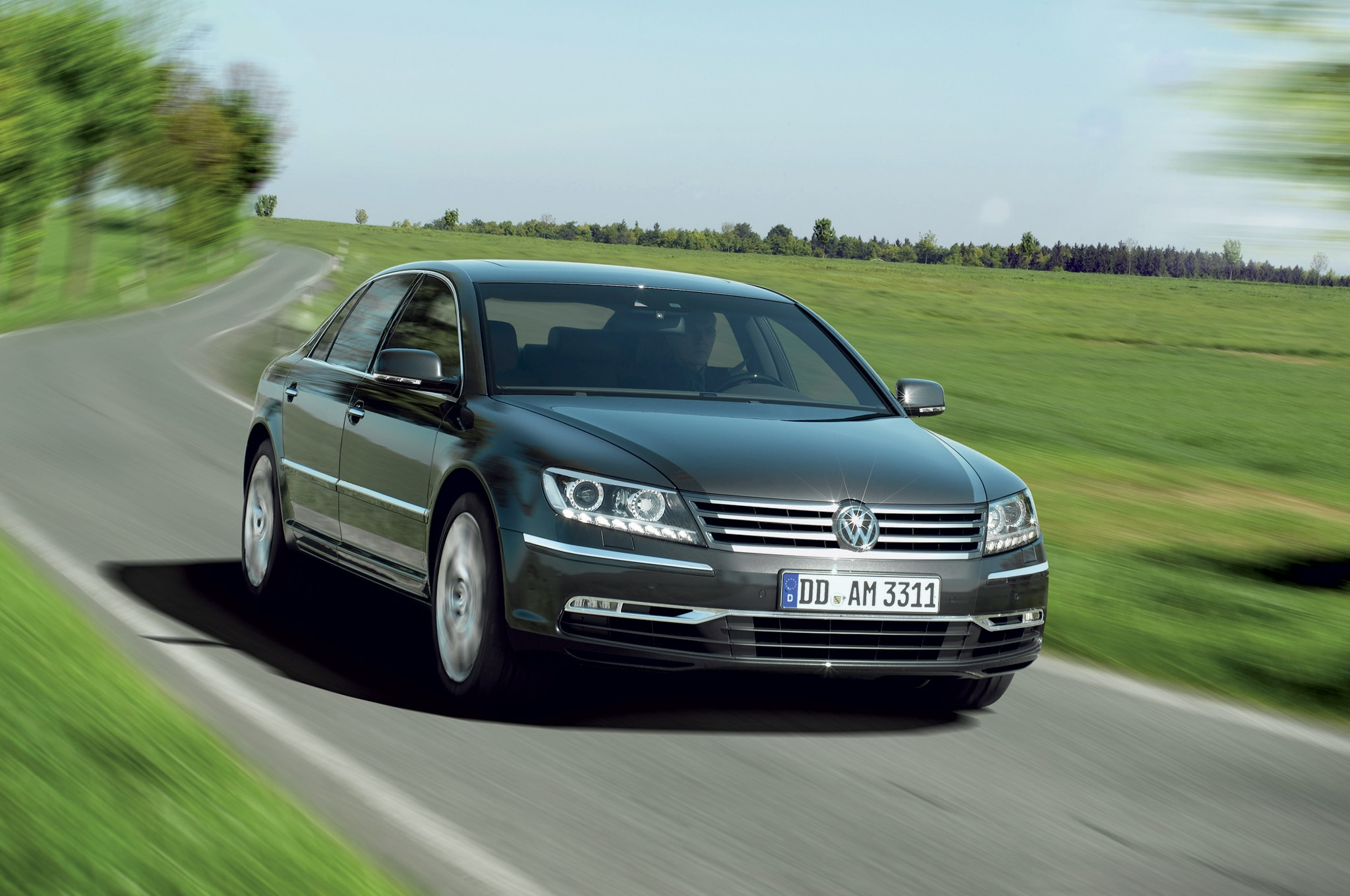 2011 Volkswagen Phaeton Front Three Quarter Motion1
