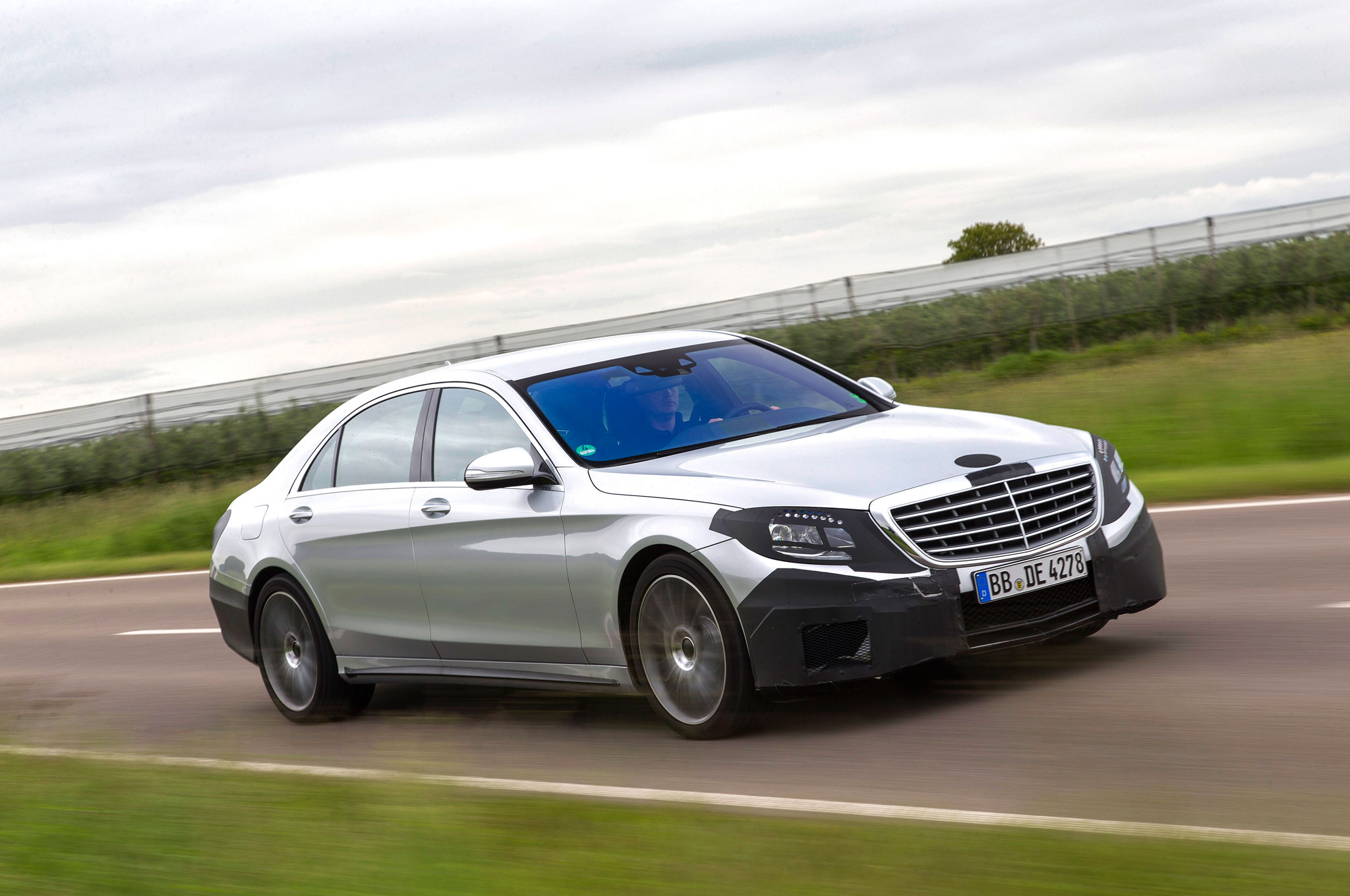 2014 Mercedes Benz S63 AMG 4Matic Front Right Side View 3